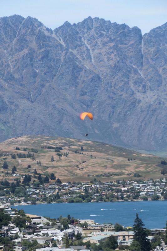 Parapente au-dessus du lac
