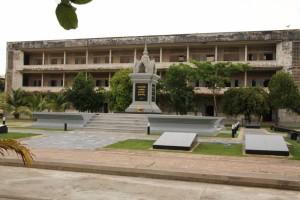 Au centre de la prison, un monument dédié aux victimes des Khmers Rouges.